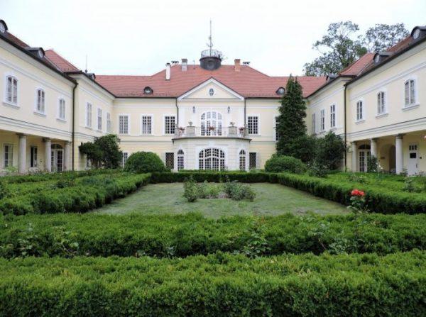 Schlosshotel Szidonia mit grünem Park