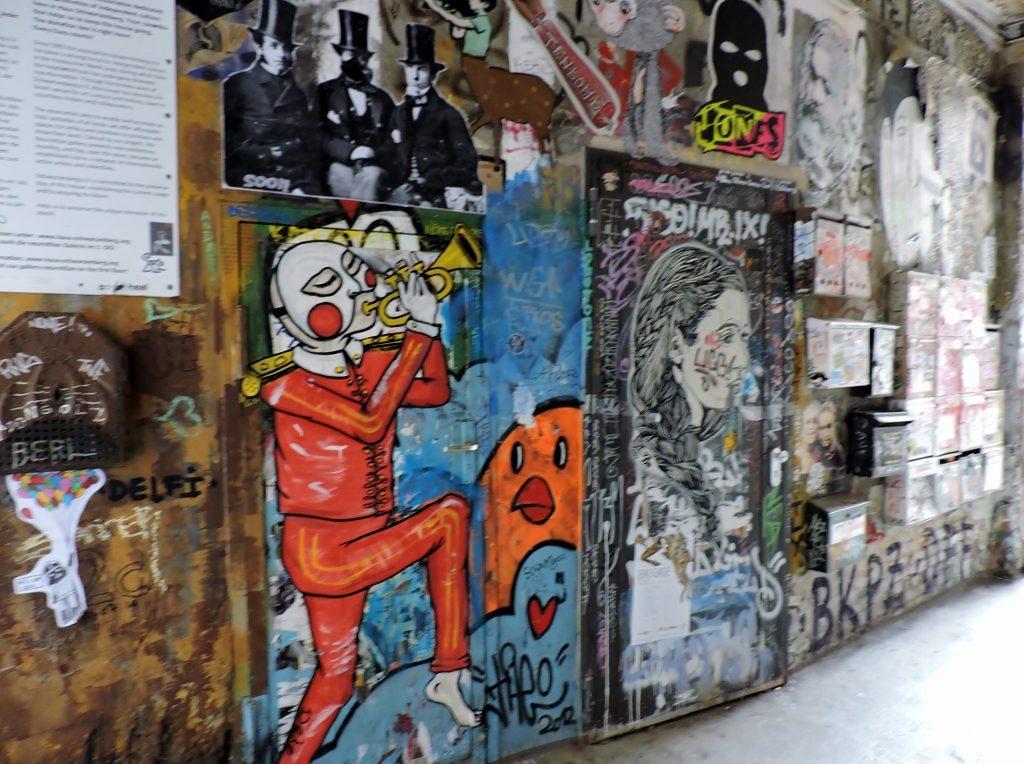 Street Art an einer Häuser-Mauer_Berlin