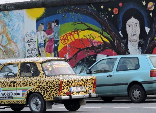 ein bunt bemaltes Auto in Berlin