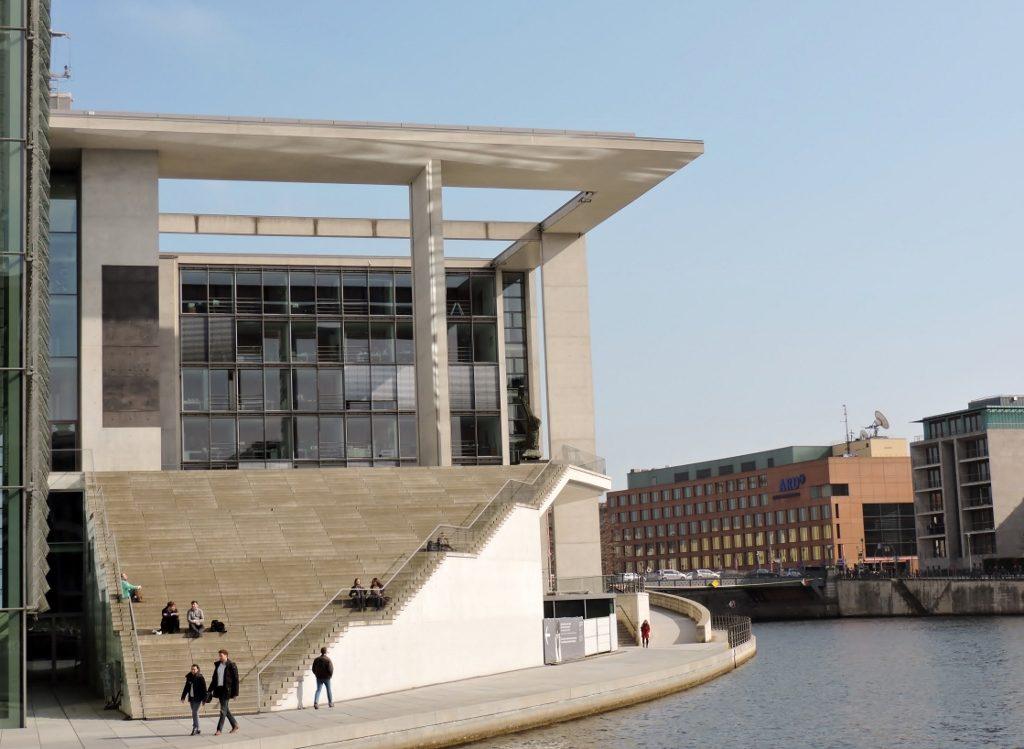 moderne Architektur am Spreekanal_Berlin