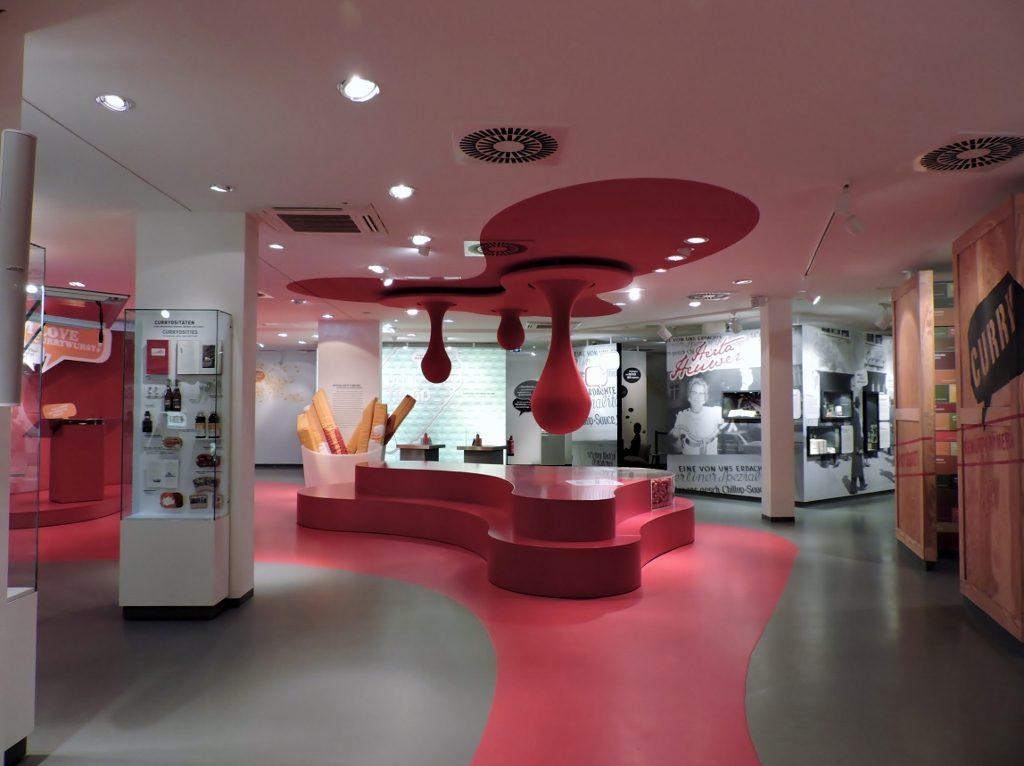 Innenraum eines rot-grau gestylten Museums in Berlin