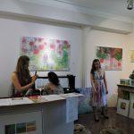 Galerieraum mit Frauen