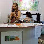 Frau in Galerie