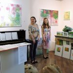zwei Frauen in Galerie