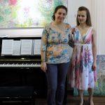 zwei Frauen neben Klavier