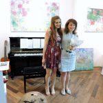 2 Frauen vor einem Klavier