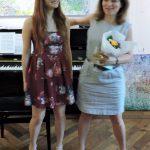 zwei Frauen mit Blumenstrauss