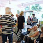 Gruppe von Menschen in Galerie