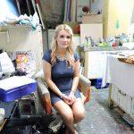 Frau sitzend in Raum