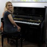 Frau am Klavier sitzend