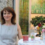 Frau neben Blumen