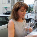 Frau mit Gläsern in der Hand