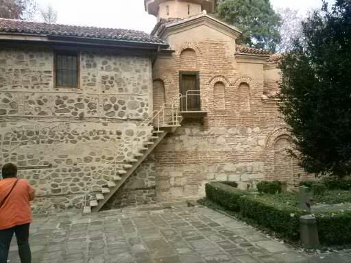 alte bulgarische Kirche mit Treppenaufstieg