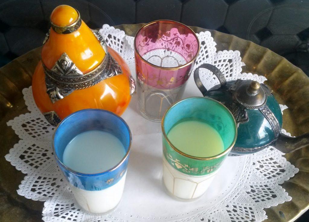 orientalische Gläser auf Tablett