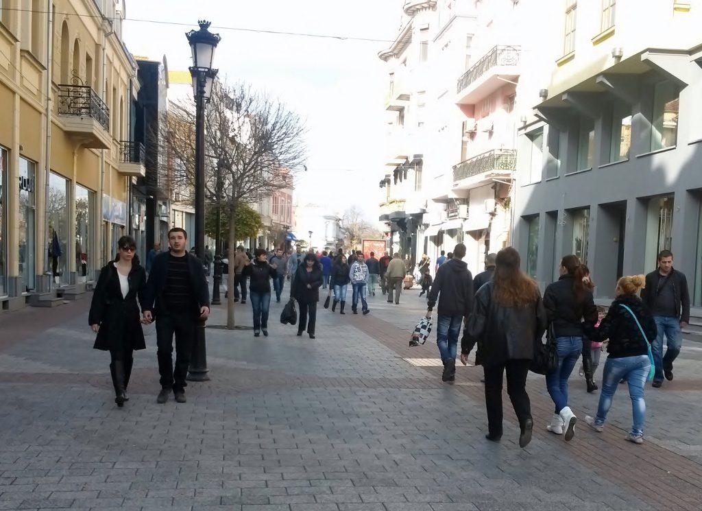 Menschen flanieren durch die Plovdiv - Altstadt