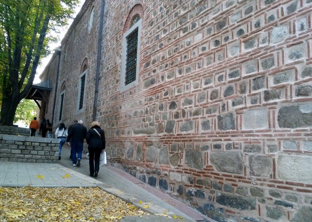 Menschen gehen entlang einer Mauer in der Plovdiv - Altstadt