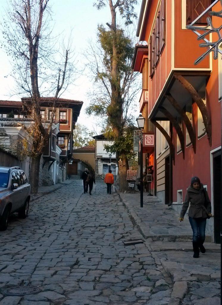 geplasterte Straße entlang roter Häuser in der Plovdiv - Altstadt