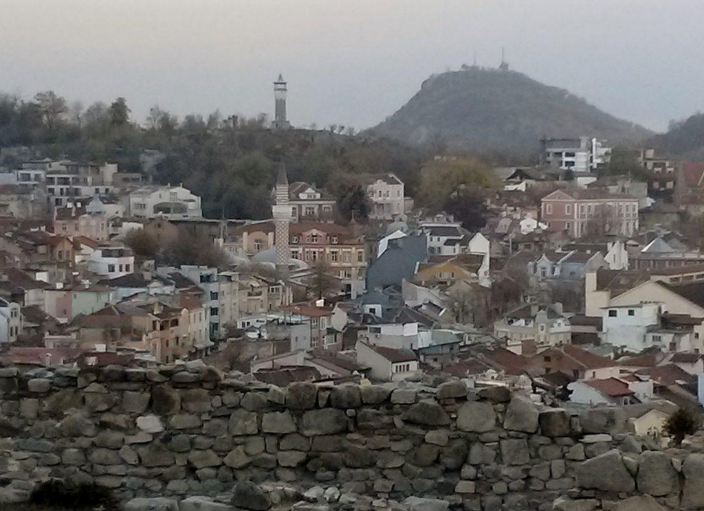Blick über eine Mauer und die Plovdiv - Altstadt