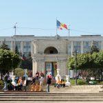 Menschengruppe vor Triumpfbogen Chisinau