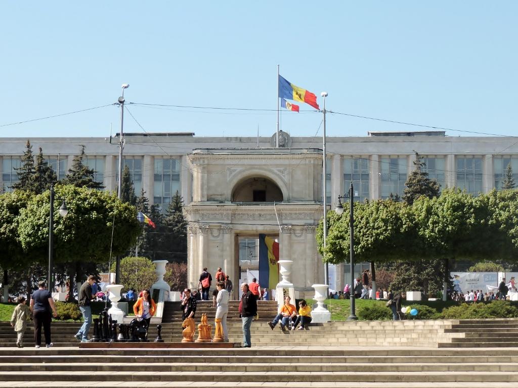 Menschengruppe vor dem Triumpfbogen in Chisinau