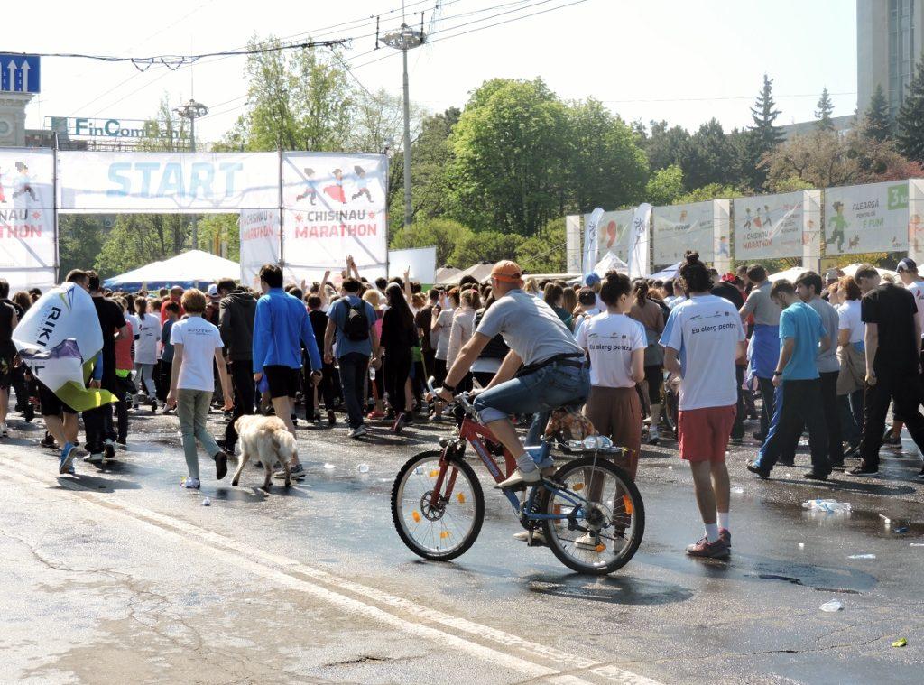 Menschen u. Radfahrer in einer Richtung gehend zum Ziel-MarathonChisinau)?
