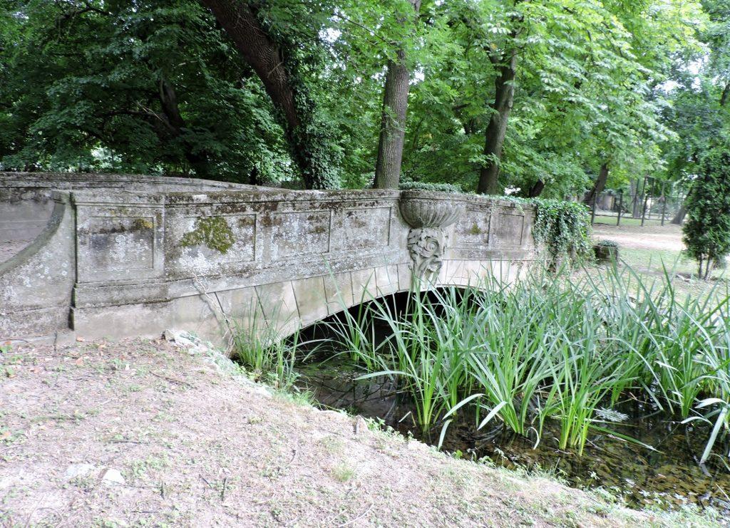 historische Brücke im Park, Residieren im Schloss - gräflich oder fürstlich?