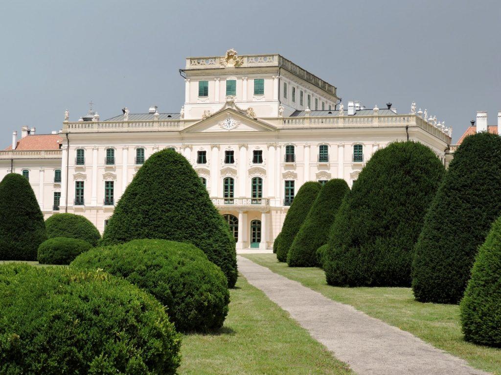 Schönes Schloss im Park, Residieren im Schloss - gräflich oder fürstlich?