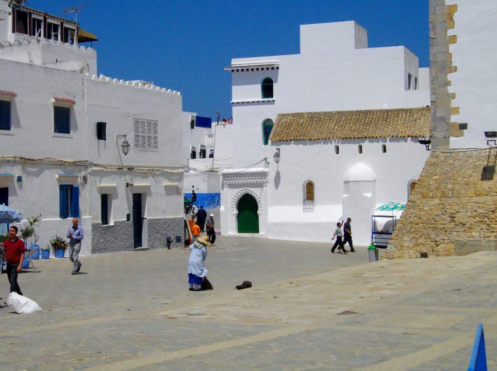 Platz zwischen weißen Häusern in Asilah - charmanter Küstenort in Marokko