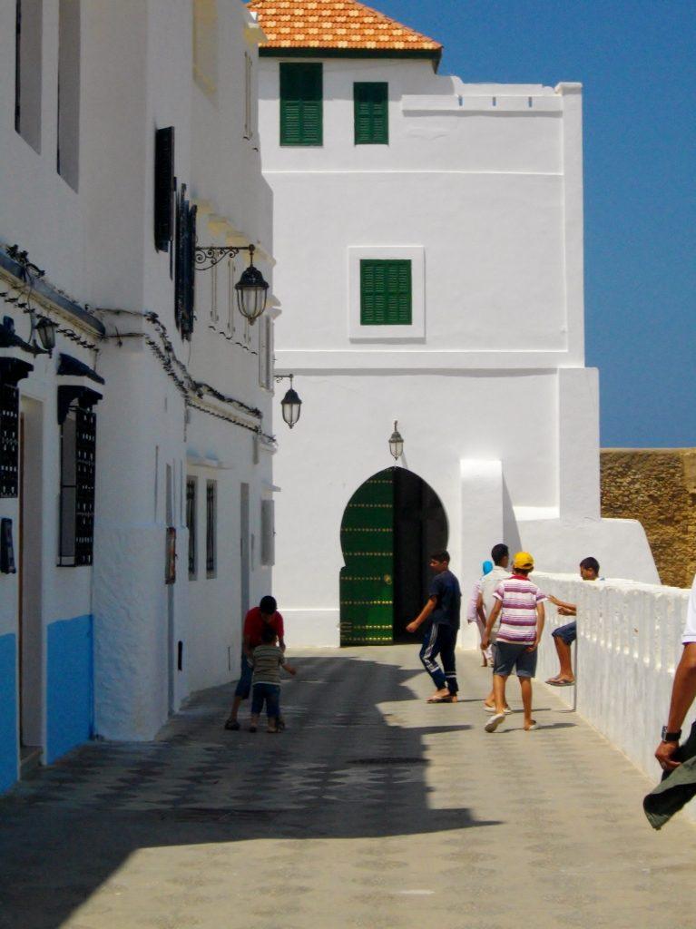 Asilah - charmanter Küstenort mit spielenden Kindern zwischen weißen Häusern