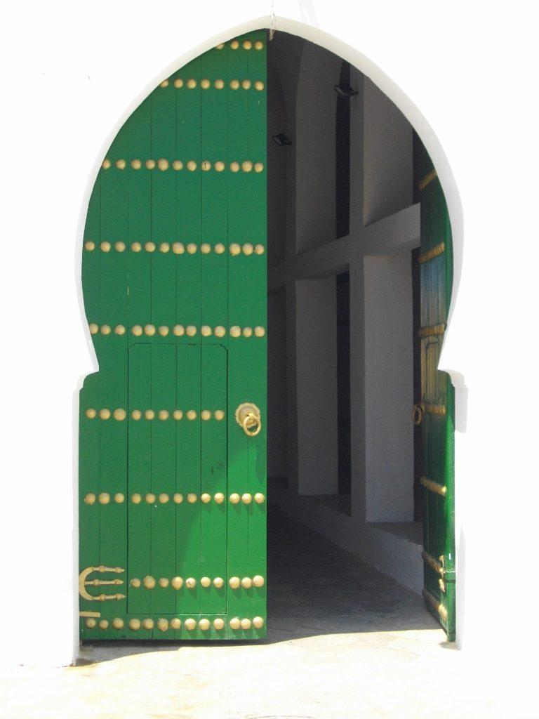 ein grünes orientalisches Tor in Asilah Marokko
