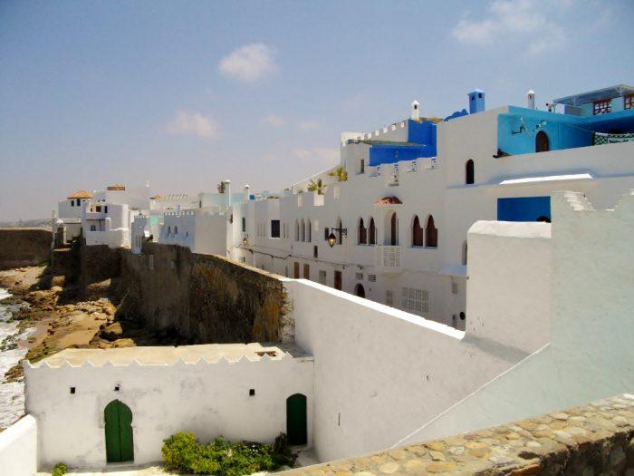 Asilah Küstenort in Marokko mit eißen Häusern