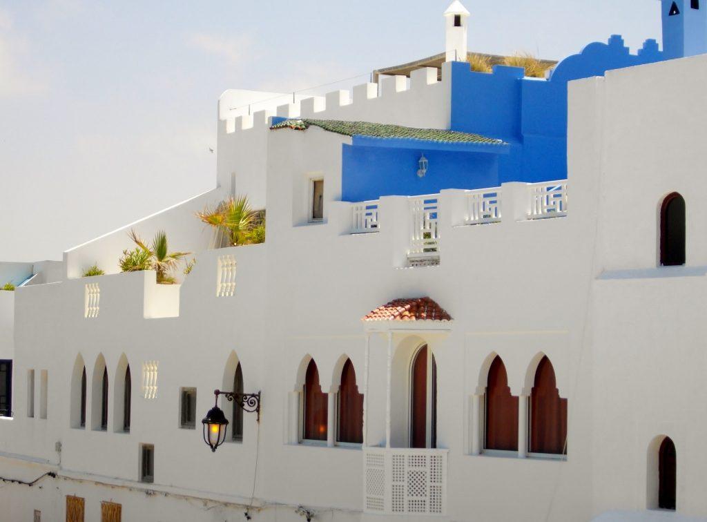 weiß-blaue Häuser im mediterranen Stil