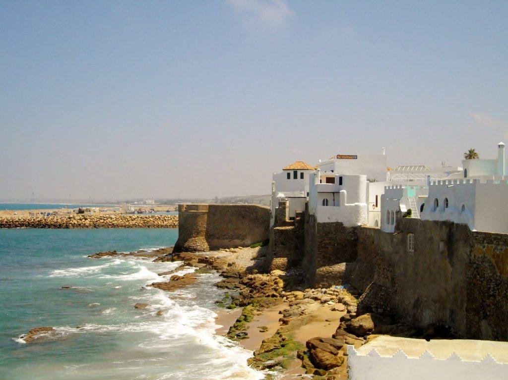 Asilah_weiße Häuser, Felsen, Atlantikküste_Marokko
