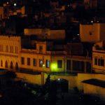 weiße Häuser in der Nacht