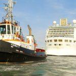 ein Kreuzfahrtschiff wird von einem Schlepper gezogen_Venedig
