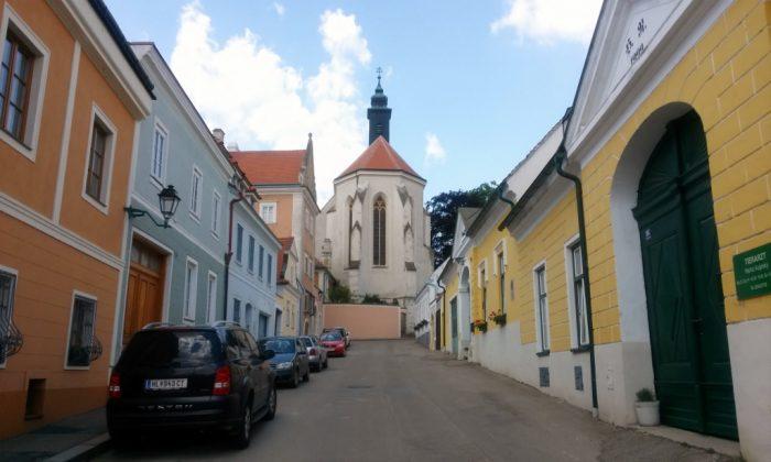 Straße mit Blick auf Kirche in Retz