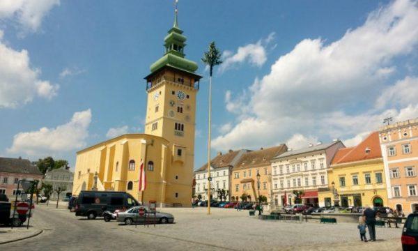 Hauptplatz mit Rathaus und hoher Turm