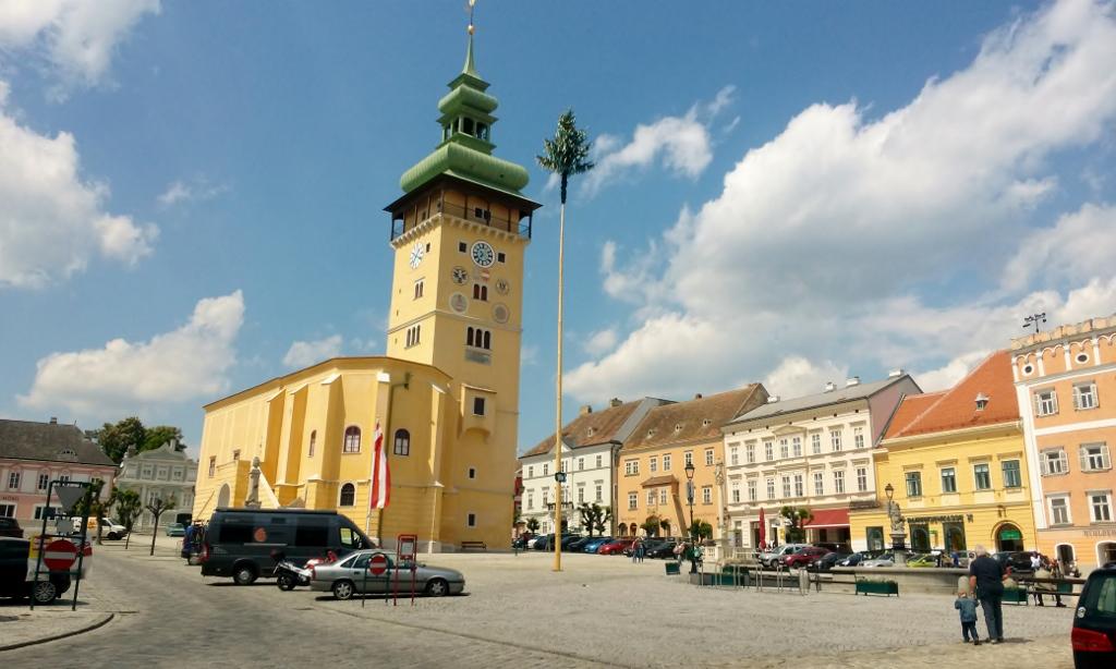 Hauptplatz mit Rathaus in Retz