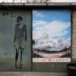 an einer Häzuserwand ist Street Art Berlin