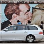 Auto steht vor Street Art Berlin_Kultur