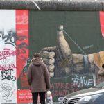 eine Person betrachtet Street Art Berlin