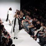 2 Models gehen über den Laufsteg, Vienna Fashion Week 2015, Wien