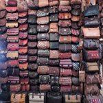ein Regal voller marokkanischer Leder-Taschen_Marokko