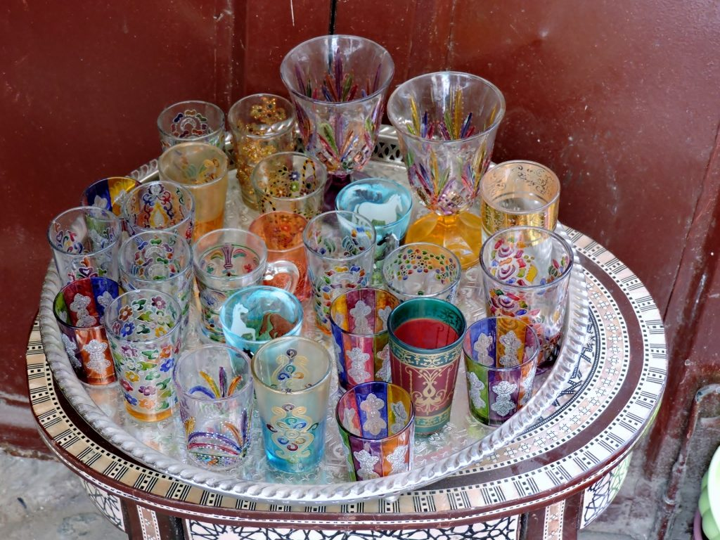 bunte marokkanische Teegläser in Marokko Fès el bali