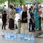 Menschen bei der Thermalquelle Sidi Harazem_Marokko