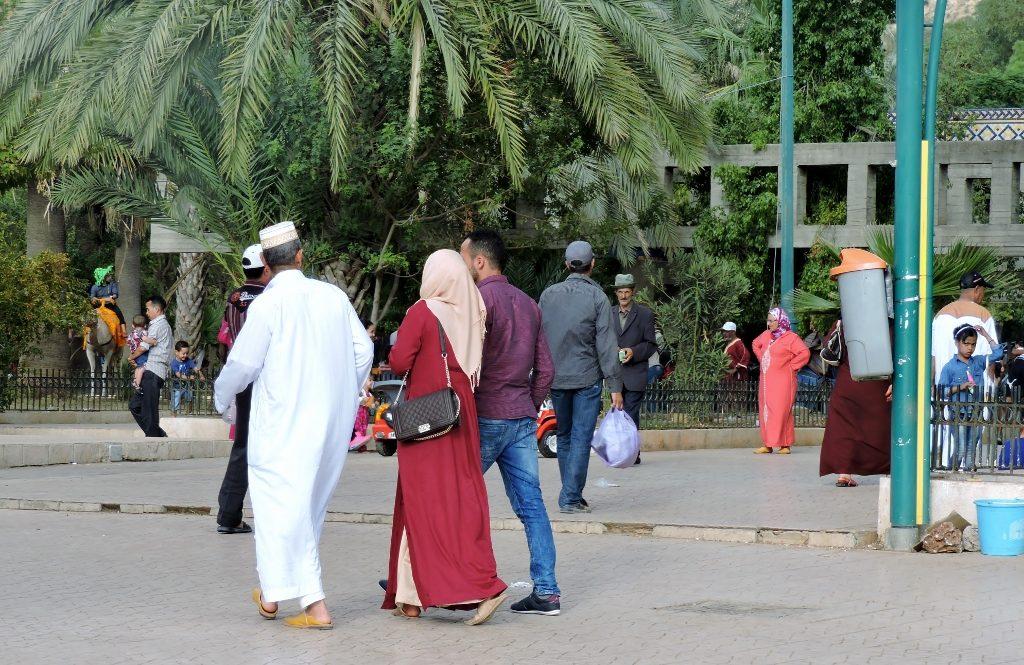 Menschen spazieren in Sidi Harazem