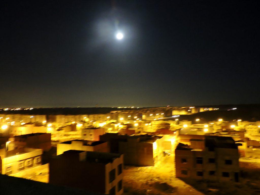 Vollmondnacht über einer Stadt in Marokko