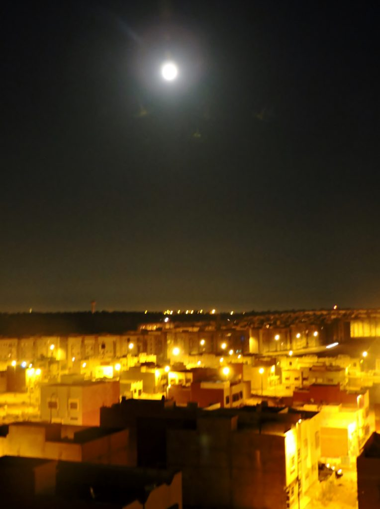 Stadt Kenitra mit Vollmond, Marokko