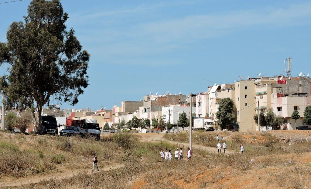 die Ansicht eines Dorfes vom umliegenden Feld aus