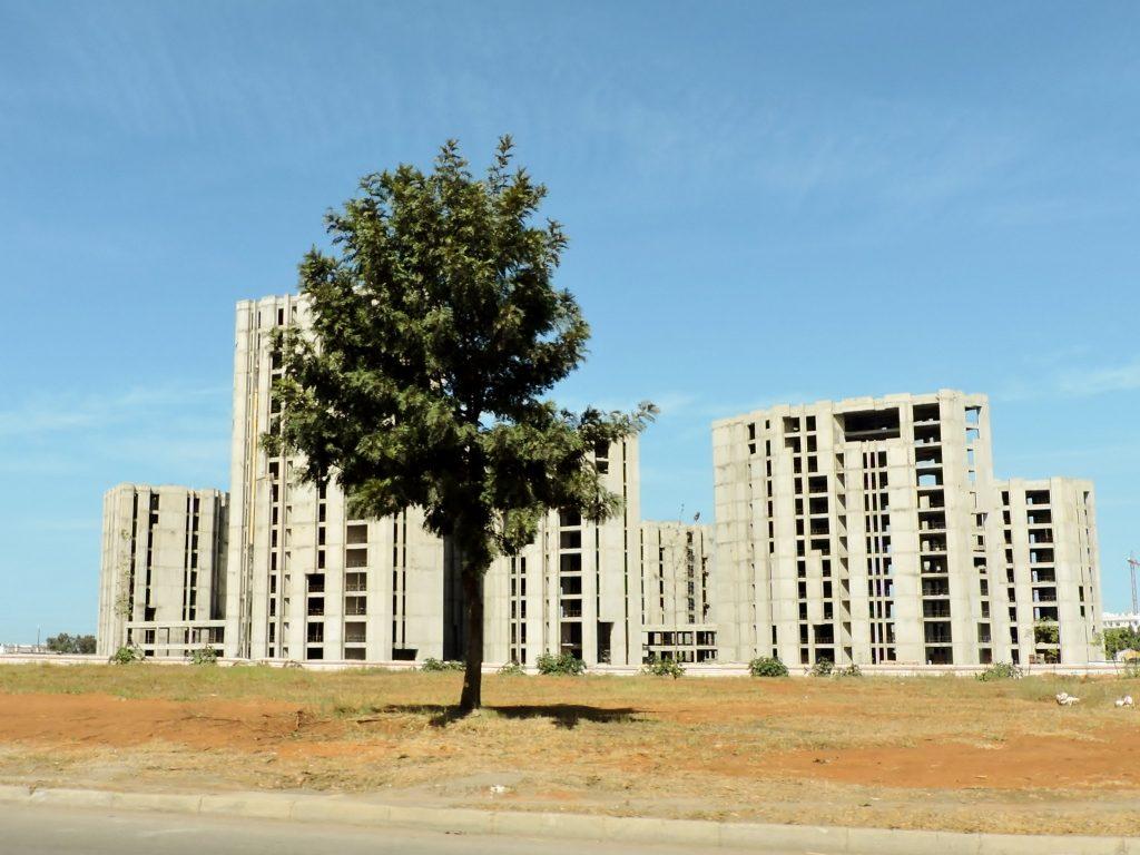 hohe Neubauten mit Baum davor